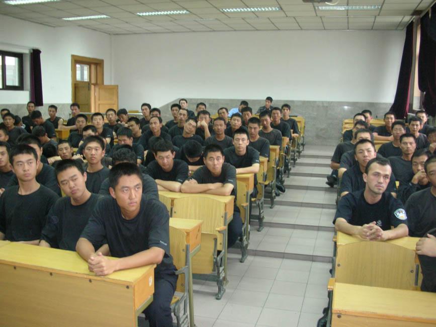 Un cours devant les futurs cadres des unités spéciales de la police.